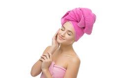 Härlig flicka i rosa handduk Royaltyfria Foton