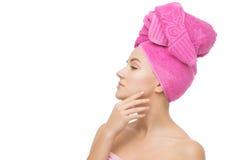 Härlig flicka i rosa handduk Arkivbilder