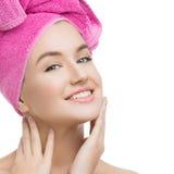 Härlig flicka i rosa handduk Arkivfoto