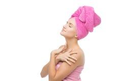 Härlig flicka i rosa handduk Arkivfoton