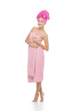 Härlig flicka i rosa handduk Royaltyfri Bild