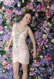Härlig flicka i rosa kort klänning Arkivfoton