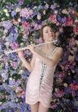 Härlig flicka i rosa kort klänning med ett rör i händerna av Royaltyfria Bilder