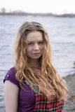 Härlig flicka i rutig klänning nära floden Arkivfoton