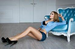 Härlig flicka i sexiga jeanskortslutningar Royaltyfria Bilder
