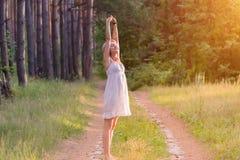 Härlig flicka i skogen arkivbilder