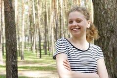 Härlig flicka i skogen Fotografering för Bildbyråer