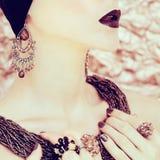 Härlig flicka i smycken royaltyfri bild