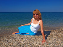 Härlig flicka i solglasögon på stranden Royaltyfria Foton