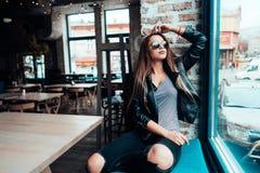 Härlig flicka i solglasögon som poserar på kamera royaltyfri fotografi
