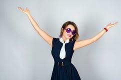 Härlig flicka i sommarstil på studion Royaltyfria Foton