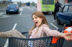 Härlig flicka i spårvagnen nära supermarket Autdoor arkivfoto