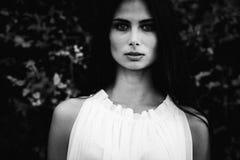 Härlig flicka i stilen av en gammal film Royaltyfria Bilder