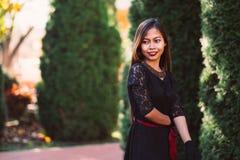 Härlig flicka i svart tappningklänning- och handhandske retro kvinna för klänning retro mode röda kanter Royaltyfria Foton