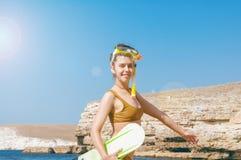 Härlig flicka i tillbehör för att dyka på bakgrunden av havet Arkivbild