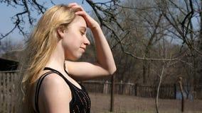 Härlig flicka i trädgården på en solig dag Fotografering för Bildbyråer