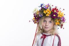 Härlig flicka i ukrainska etniska kläder Arkivbilder