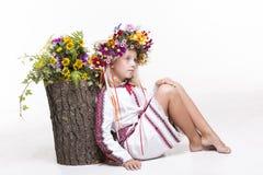 Härlig flicka i ukrainska etniska kläder Royaltyfri Bild