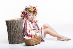 Härlig flicka i ukrainska etniska kläder Arkivfoto