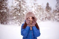 Härlig flicka i utomhus- vintertid Arkivfoto