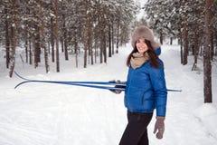 Härlig flicka i utomhus- vintertid Arkivfoton