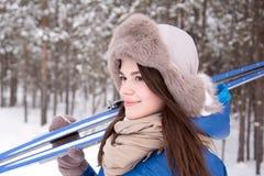 Härlig flicka i utomhus- vintertid Royaltyfri Foto