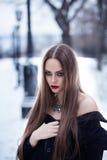 Härlig flicka i vinterlandskapet Royaltyfria Foton