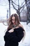 Härlig flicka i vinterlandskapet Arkivbilder
