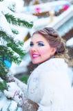 Härlig flicka i vintern Arkivbilder