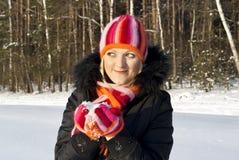 Härlig flicka i vintern av solnedgången Arkivfoton