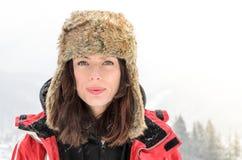Härlig flicka i vintern, bärande ryska stilmummel Arkivfoto