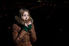 Härlig flicka i vintern som ser upp med hopp Arkivfoto