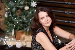 härlig flicka jul min version för portföljtreevektor brunett Stranda av hår vänder mot in Royaltyfri Bild