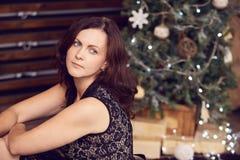 härlig flicka jul min version för portföljtreevektor Stranda av hår vänder mot in brunett Arkivfoto