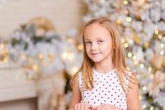härlig flicka julstående i studion Royaltyfri Foto