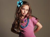 härlig flicka little nätt liten dam i klänning och blomma i sunt hår fotografering för bildbyråer