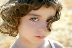 härlig flicka little outdoostående royaltyfri foto