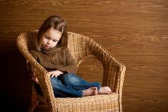 härlig flicka little som är fundersam Arkivbild