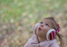 härlig flicka little som ser upp royaltyfria foton