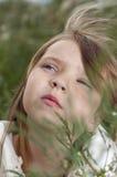 härlig flicka little stående Arkivfoton