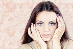 Härlig flicka målade Mehandi Royaltyfri Fotografi