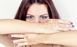 Härlig flicka målade Mehandi Royaltyfri Foto