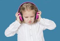 Härlig flicka med att le för hörlurar Arkivbilder