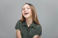 Härlig flicka med att skratta för hänglsen Arkivbild