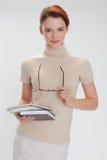 Härlig flicka med böcker och bärande exponeringsglas Royaltyfria Foton