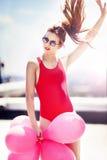Härlig flicka med ballonger på taket arkivbilder