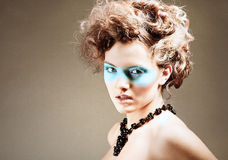 Härlig flicka med blå makeup Royaltyfri Foto