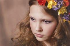 Härlig flicka med blommakransen Arkivbilder
