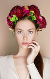 Härlig flicka med blommakronan Arkivbild