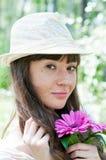 Härlig flicka med blommor Arkivbilder